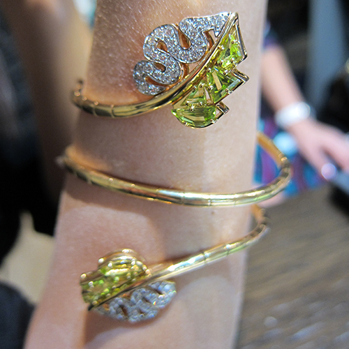 Flexible bracelet in pink gold with peridots and diamonds from the Flora collection, CARLO BARBERIS