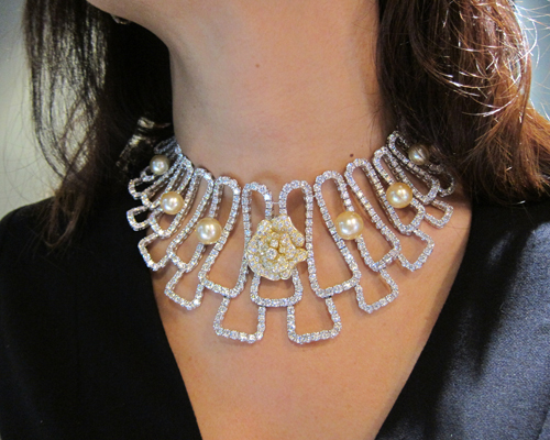 High jewellery necklace from the Tahiti Bliss collection with a transformable floral pin, QAYTEN