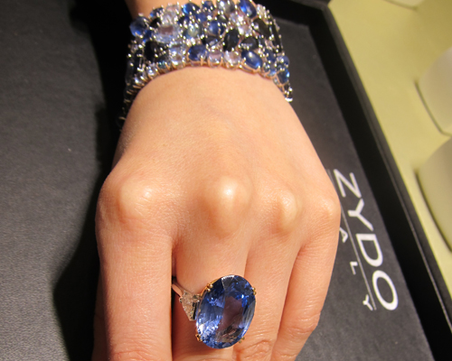 Ring with an 18.8ct No Heat Sri Lankan Sapphire in platinum with white diamonds and matching bracelet with sapphires in different tones and sizes, ZYDO