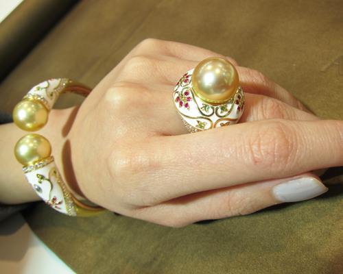 Ring and cuf -from the Metropolitan Taj Mahal collection in white enamel with diamond, rubies and pearl, AUTORE
